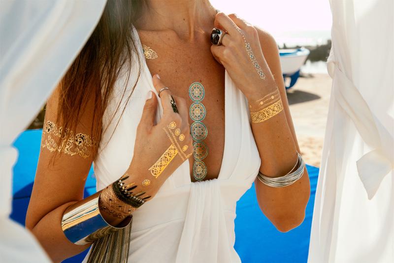 Los tatuajes metalizados: el éxito de este verano